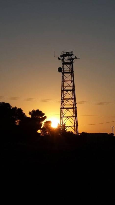 Armee-Antenne im Sonnenaufgang