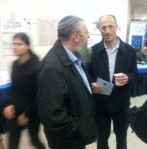 Vorstand der Verwaltung  der Gusch-Region, Davidi Perl, rechts