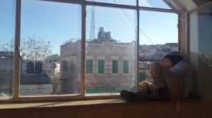 Ein jüdischer Junge schaut aus einem Fenster in Hebron