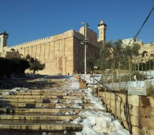 Die Patriarchenhöhle. Synagoge und Moschee mit einer Kirche auf dem Dach.