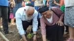 Die Großeltern von Eyal Yifrach pflanzen einen Baum im Reservat.