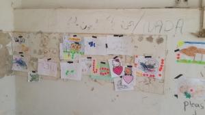 Kinderzeichnungen überkleben arabische Graffiti