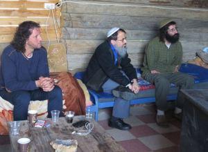 Von links nach rechts: Ali Abu Awwad, Rav Hanan Schlesinger, Shaul Judelman. Quelle: friendsofroots.net