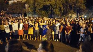 Mädchen mit Torarolle bei der Demo in Jerusalem. Foto: Efrat Kislev