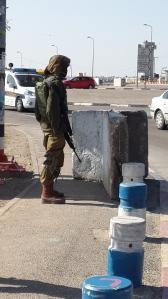 Soldat an der Gush Etzion-Kreuzung.