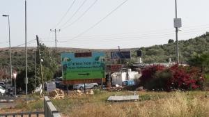 """Ariel-Kreuzung. Das Schild weist auf das nahegelegene """"Eshel Hashomron""""-Hotel hin."""