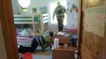 Hallels Zimmer. Die ersten Rettungseinsatzkräfte haben das Zimmer schon gereinigt.