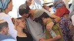 Tehila Mark bei der Beerdigung, daneben zwei ihrer Brüder. Quelle: Ynet