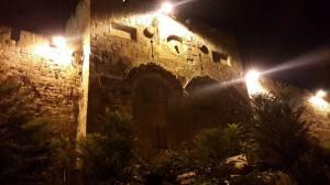 """Das """"Tor des Erbarmens"""" auf der östlichen Seite des Tempelbergs, zugemauert seit frühislamischen Zeiten, um die Ankunft des jüdischen Messias zu verhindern, der der Tradition nach durch dieses Tor schreiten soll. Davor wurde ein muslimischer Friedhof errichtet."""