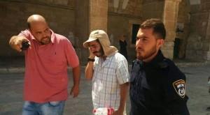 Jüdischer Israeli (Mitte) wird von einem Waqf-Hüter (links) und einem israelischen Polizisten vom Tempelberg ausgewiesen, nachdem er dort geweint hat. Quelle: Twoday.co.il