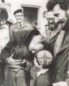 Shimon Peres und Kinder bei dem Vorposten Sebastia, 1975. Foto: NRG