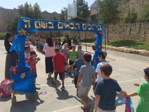 """""""Wilkommen im Namen Gottes"""". Erstklässler in Gush Etzion. Foto: Regionalverwaltung Gush Etzion"""