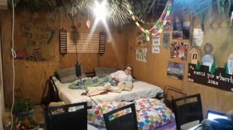 So schläft sich in der Sukka von Tuvia, dem Nachbarsjungen (Alon Shevut)