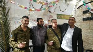 Arabische Dorfeinwohner und Soldaten umarmt - ein seltener Anblick. Quelle: Facebook, Oded Revivi
