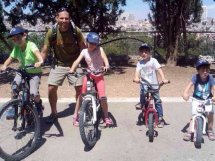 Familienfoto links nach rechts: Nevo sel.A., Ivri, Achino'am sel.A., Vater Hanoch und Yiftach. Quelle: Walla