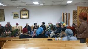 Diskussionen zum Entwurf in der Synagoge von Amona. Foto: Ynet