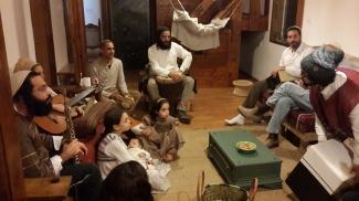 Rechts: Ariel Levy am Saxophon, Elia auf der Gitarre, Sa'ar Tuvia (Freund) an der Trommel, unten: die Kinder Na'ama (älteste), Miriam und Baby Rachel