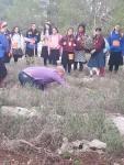 Yaron zeigt, wie man Bäume pflanzen soll