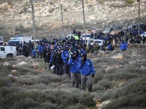 Polizisten auf dem Vormarsch nach Amona. Quelle: Walla