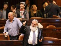 """Abgeordnete von """"Jüdisches Heim"""" nach der Abstimmung. Von hinten nach vorne: Shuli Mu'allem-Refaeli, Initiatorin des Gesetzes, Nissan Slomianski, stellv.Verteidigungsminister Eli Ben-Dahan (Quelle: Walla)"""