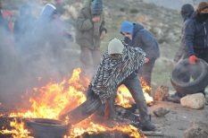Jugendliche auf Barrikaden. Quelle: Channel 20
