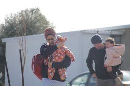 Familie verlässt ihr Haus. Quelle: Channel 20
